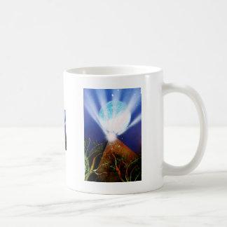 Planeta azul de la pirámide n con la pintura a pis taza básica blanca