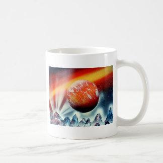 Planeta rojo sobre las montañas con hacer excursio taza básica blanca