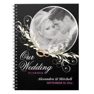 Planificador del boda con el cuaderno de encargo d