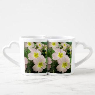 Planta salvaje rosada de la primavera tazas para enamorados