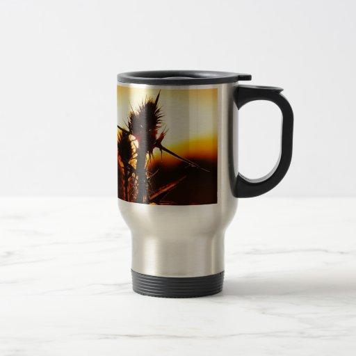 Planta tropical de la puesta del sol de la taza de viaje