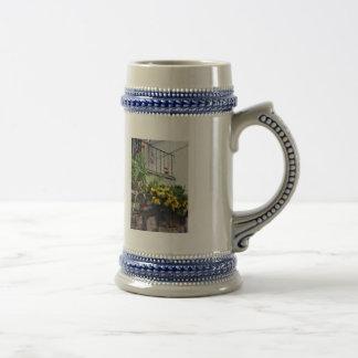 Plantador con el cactus floreciente amarillo tazas de café