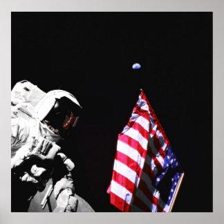 Plantando la bandera en la luna con tierra arriba póster