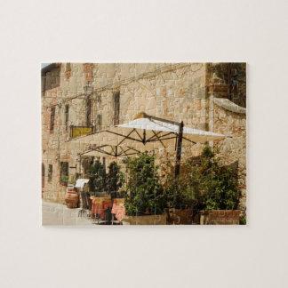 Plantas y paraguas Potted del patio delante de a Puzzle