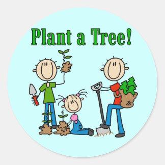 Plante las camisetas y los regalos de un árbol etiqueta redonda