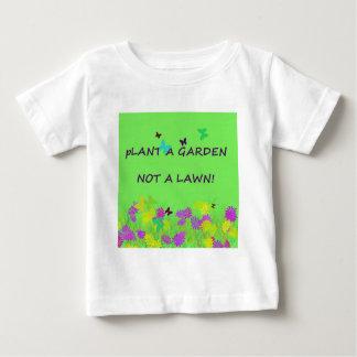 Plante un jardín no un césped playera