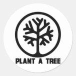 Plante una camiseta del árbol pegatina redonda