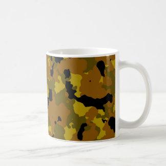 Plantilla de la taza del camuflaje de Brown