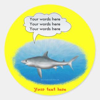 Plantilla del tiburón que habla pegatina redonda