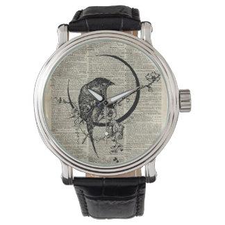 Plantilla negra del pájaro del cuervo sobre la reloj