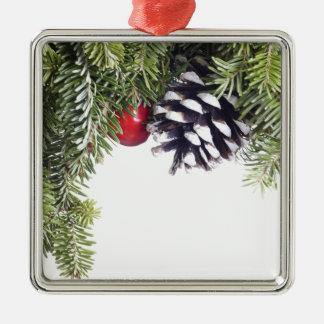 Plantilla roja de la baya del cono del pino de la adorno navideño cuadrado de metal