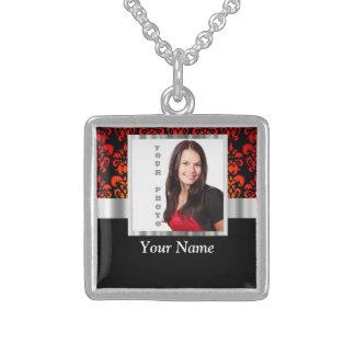Plantilla roja y negra de la foto del damasco collar de plata de ley