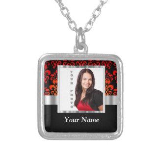 Plantilla roja y negra de la foto del damasco collar plateado