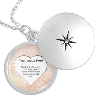 Plantilla texturizada rosa en forma de corazón medallón