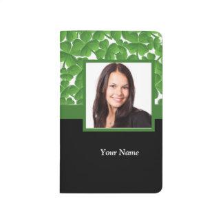 Plantilla verde de la foto del trébol cuaderno grapado