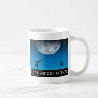 Plástico del putt en su lugar taza