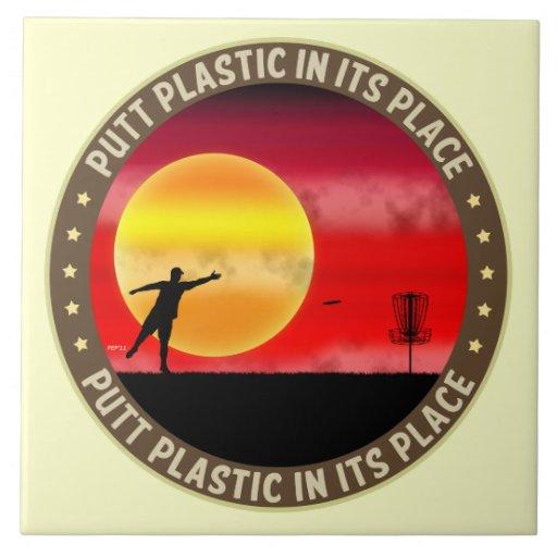 Plástico del putt en su lugar tejas