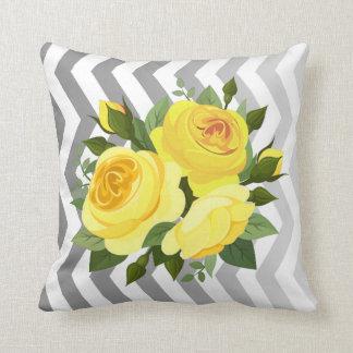 Plata amarilla color de rosa floral del ramo el   almohada