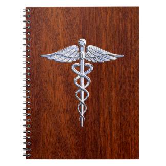 Plata como la impresión de caoba del símbolo spiral notebook