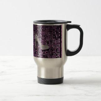 Plata de la púrpura del zapato del tacón alto de l taza de café