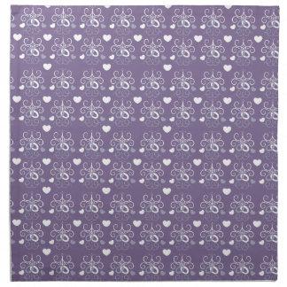 Plata de los anillos de bodas en púrpura oscura servilleta