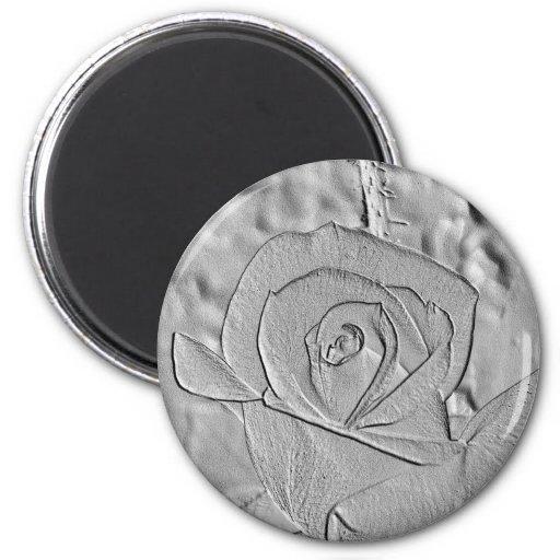 Plata del capullo de rosa grabada en relieve imán redondo 5 cm