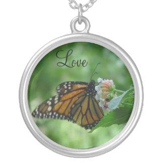Plata grande de la mariposa de monarca plateada colgante redondo