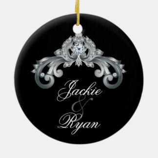 Plata negra elegante del aniversario de boda 25ta adorno navideño redondo de cerámica