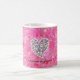 Plata y corazones relucientes del rosa taza clásica