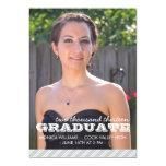 Plata y invitación rayada blanca de la graduación