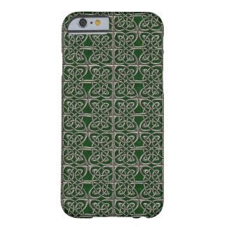 Plata y modelo conectado verde del Celtic de los Funda De iPhone 6 Barely There