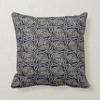 Plata y modelo de nudos espiral céltico azul cojin