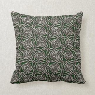 Plata y modelo de nudos espiral céltico del verde almohadas