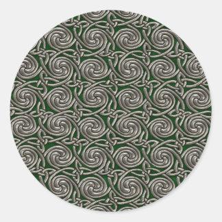 Plata y modelo de nudos espiral céltico del verde pegatina redonda