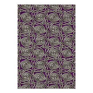 Plata y modelo de nudos espiral céltico púrpura fotografías