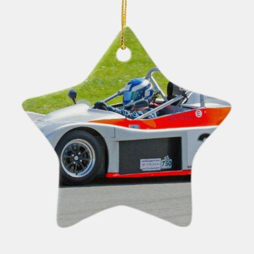 Plata y solo coche de competición rojo del seater adorno navideño de cerámica en forma de estrella
