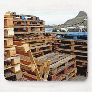 Plataformas de madera en el cojín de ratón del mue alfombrillas de raton