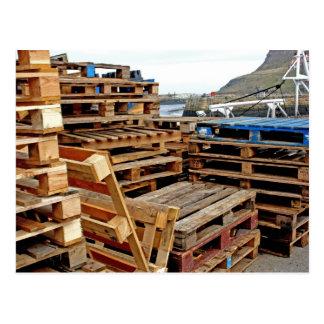 Plataformas de madera en la postal del muelle