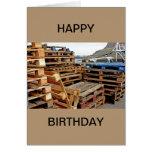 Plataformas de madera en la tarjeta del feliz cump
