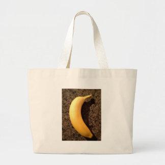 Plátano amarillo maduro en el granito bolsa tela grande