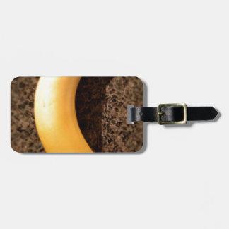 Plátano amarillo maduro en el granito etiqueta de equipaje