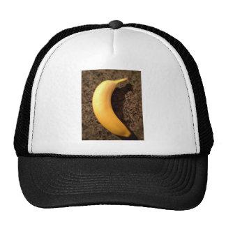 Plátano amarillo maduro en el granito gorro