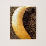 Plátano amarillo maduro en el granito puzzle con fotos