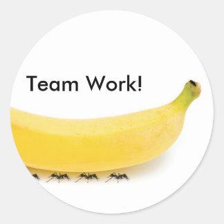 Plátano y hormigas del trabajo del equipo - pegatina redonda