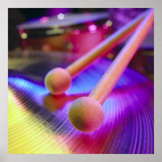 Platillo y palillos redondos del tambor de la extr poster
