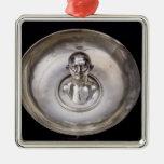 Plato con el busto de un hombre dentro adorno navideño cuadrado de metal