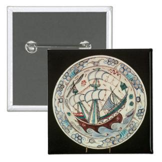 Plato pintado con una nave pin cuadrada 5 cm