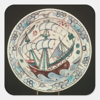 Plato pintado con una nave pegatina cuadrada