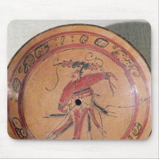 Plato tripodal grande que representa un actor o a  tapete de raton