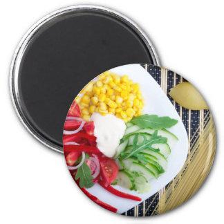 Plato vegetariano de verduras crudas y de la imán redondo 5 cm